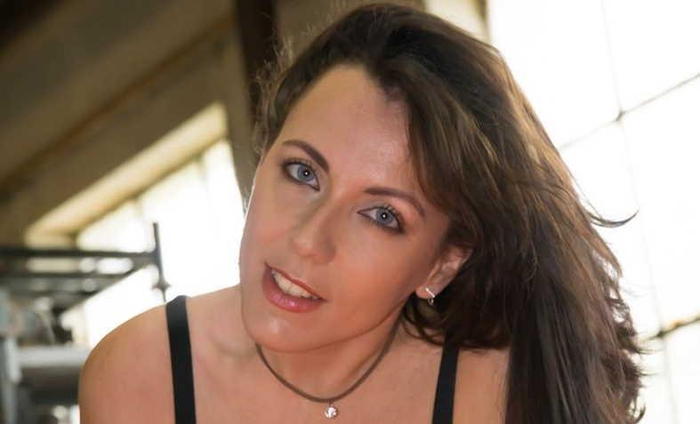 Mya Lorenn, la star du X débarque à la Chrysa